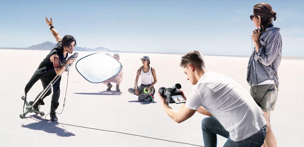 Ragazzi e cantante durante le riprese di un video clip musicale.